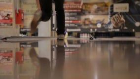 Joueur amateur de bowling banque de vidéos