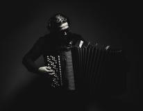 Joueur d'accordéon en noir et blanc photos libres de droits