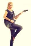 Joueur d'artiste de femme avec la guitare électrique Photographie stock libre de droits
