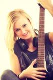 Joueur d'artiste de femme avec la guitare électrique Images stock