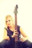 Joueur d'artiste de femme avec la guitare électrique Photos libres de droits