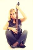 Joueur d'artiste de femme avec la guitare électrique Photographie stock
