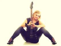 Joueur d'artiste de femme avec la guitare électrique Photos stock