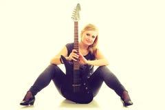 Joueur d'artiste de femme avec la guitare électrique Photo stock