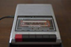 Joueur d'enregistreur à cassettes de vintage avec la bande de cassette sonore à l'intérieur image stock