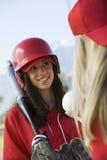 Joueur de base-ball féminin parlant au teamma Photo libre de droits