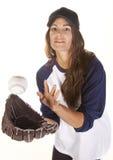 Joueur de base-ball ou de base-ball de femme attrapant une bille Image libre de droits
