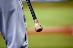 Joueur de baseball avec 'bat' Images stock