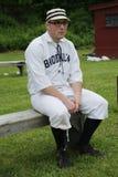 Joueur de baseball dans l'uniforme du 19ème siècle de vintage pendant le jeu de boule de base de style ancien Image stock