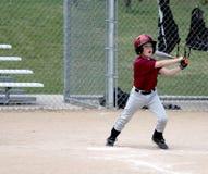 Joueur de baseball de la jeunesse à la batte images libres de droits