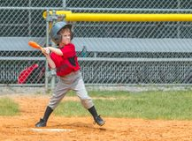 Joueur de baseball prêt à l'oscillation au lancement photo libre de droits