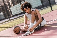 Joueur de basket attirant Photos stock