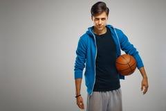 Joueur de basket avec la bille Portrait photographie stock libre de droits