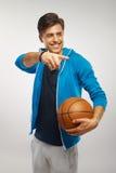 Joueur de basket avec la boule sur le fond blanc photo stock