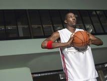 Joueur de basket disposant à passer la boule images stock