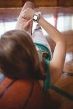 Joueur de basket féminin à l'aide de la montre intelligente photos stock