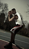 Joueur de basket gardant la bille Image libre de droits