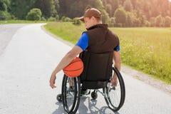 Joueur de basket handicapé sur le fauteuil roulant images libres de droits