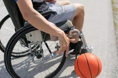 Joueur de basket handicapé sur le fauteuil roulant photo libre de droits