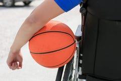 Joueur de basket handicapé sur le fauteuil roulant photos libres de droits