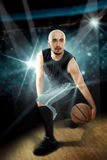 Joueur de basket professionnel dans le jeu faisant des repasses avec du Th Image stock