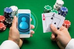 Joueur de casino avec les cartes, le smartphone et les puces Images stock
