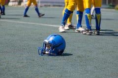 Joueur de casque dans le football d'université Photographie stock libre de droits