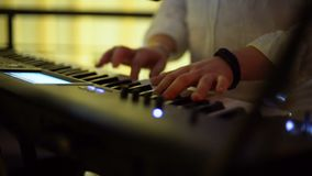 Joueur de clavier jouant à la partie banque de vidéos