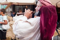 Joueur de cornemuse historique habillé dans des vêtements antiques Image libre de droits