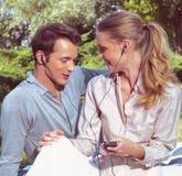 Joueur de écoute de couples Photos libres de droits