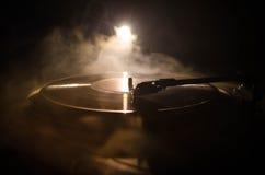 Joueur de disque vinyle de plaque tournante Rétro équipement audio pour le jockey de disque Technologie saine pour que le DJ méla Photos libres de droits