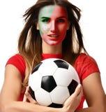 Joueur de femme de sport de fan du Portugal dans le ballon de football uniforme rouge de prise célébrant avec les cheveux venteux Photo stock