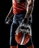 Joueur de football américain dans le noir d'isolement Photo stock