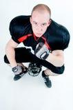 Joueur de football américain s'asseyant sur son casque Photo stock