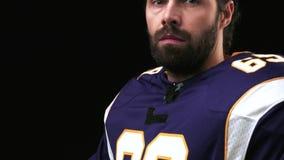 Joueur de football américain tenant une vitesse principale sur le fond noir banque de vidéos