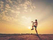 Joueur de football avec le coucher du soleil ou le lever de soleil Photos libres de droits