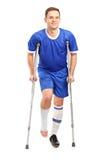 Joueur de football blessé du football sur le cru Images stock