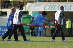 Joueur de football blessé enlevé du lancement photos libres de droits