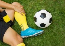 Joueur de football blessé sur le champ photo stock