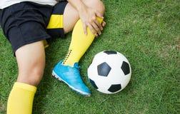 Joueur de football blessé sur le champ photos stock