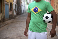 Joueur de football brésilien de rue tenant le ballon de football Images stock