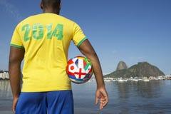 Joueur de football brésilien du football se tenant à Rio Image libre de droits