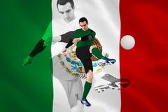 Joueur de football dans des coups de pied verts Photos stock