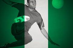 Joueur de football dans des coups de pied verts Images libres de droits
