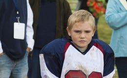 Joueur de football de la jeunesse après le jeu photos stock