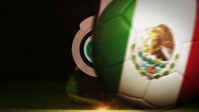 Joueur de football donnant un coup de pied la boule de drapeau du Mexique illustration libre de droits