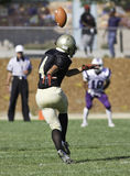 Joueur de football donnant un coup de pied une boule Photos libres de droits