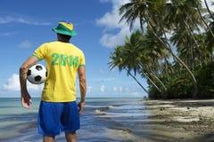 Joueur 2014 de football du Brésil sur la plage de Nordeste Photographie stock libre de droits