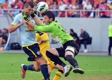Joueur de football frappé par le gardien de but Images libres de droits