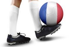 Joueur de football jouant avec la boule dans le studio Photo libre de droits